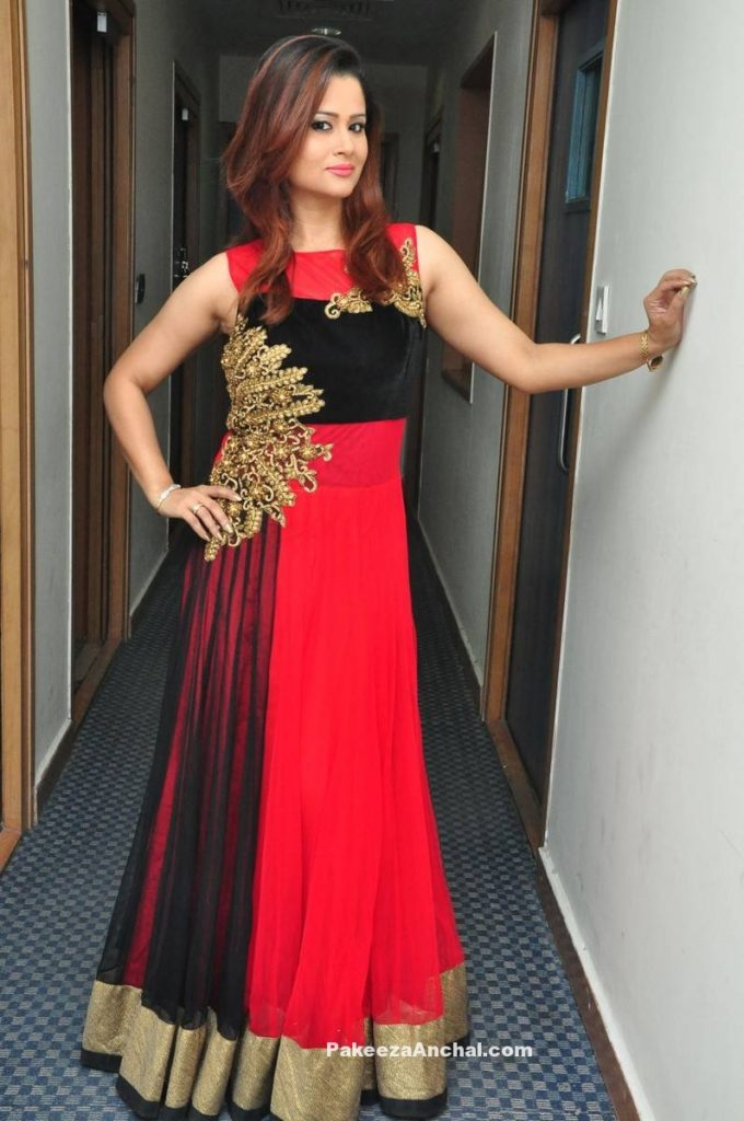 Anchor Shilpa Chakravarthy in Long Frock Sleeveless Dress with Gold Patch work-PakeezaAnchal.com