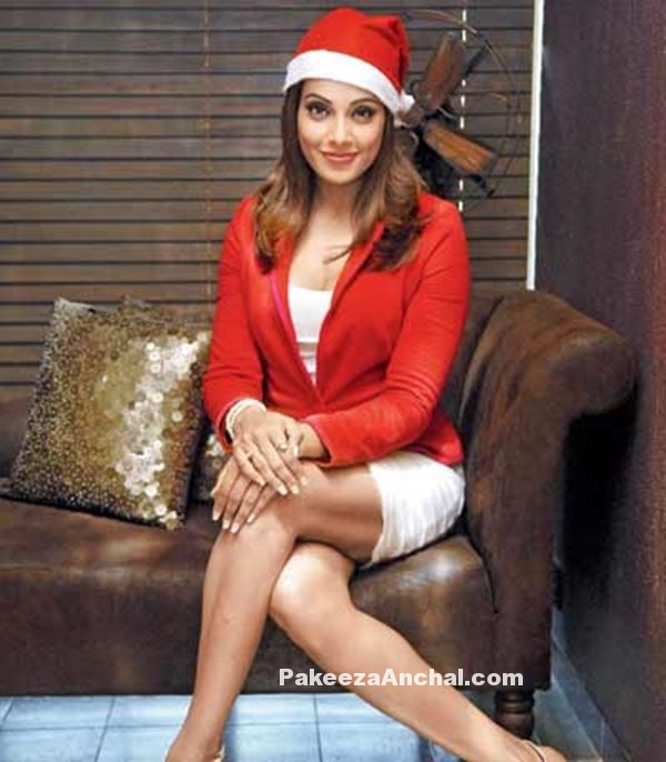 Bipasha Basu all set for Christmas as Santa Claus-PakeezaAnchal.com