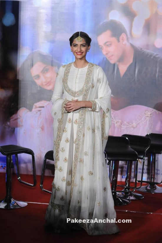 Sonam Kapoor in White Anarkali Suit by Anamika Khanna for PRDP-PakeezaAnchal.com