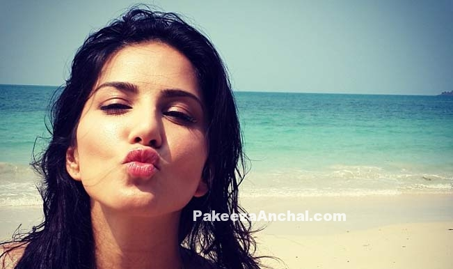 Unseen, Uncensored, Live Pictures of Sunny Leone kissing-PakeezaAnchal.com